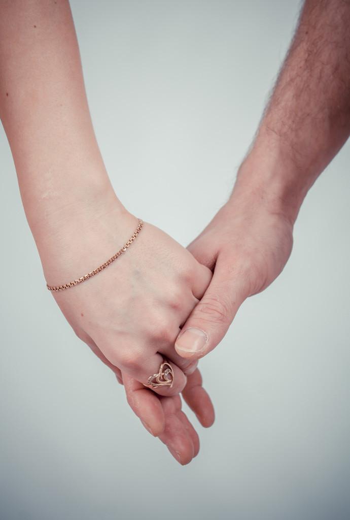【妻に愛していると言ってみた】嫁が悲鳴を挙げてこっち向いて俺を見た瞬間、笑顔になり抱きついてきた