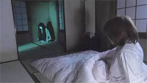 「やっぱりこの部屋嫌だ」 そう思った瞬間、体が前にドンッと突き飛ばされた