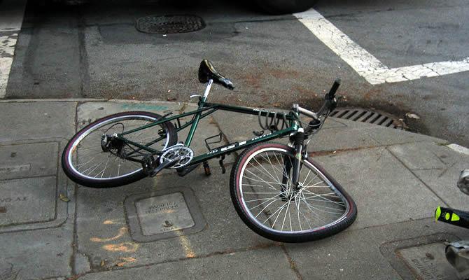 前方にぐちゃぐちゃなバイク一緒にいた友人が立ち止まり 「あ、今救急車入ってったの弟だ」