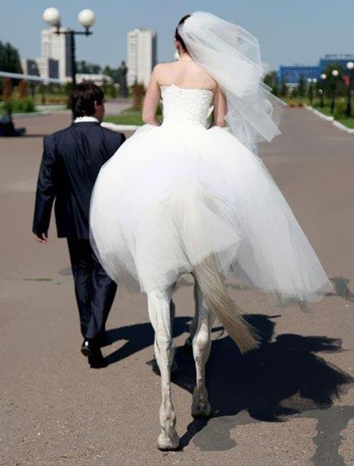 小中高の同級生の友達が3回目の結婚した。3回目の結婚式がありブーケトスのアナウンスがあっても誰も前に出なかった。