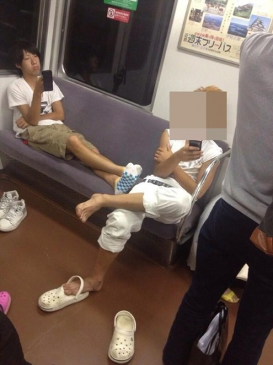電車でDQNが占領して寝そべってたのでwww