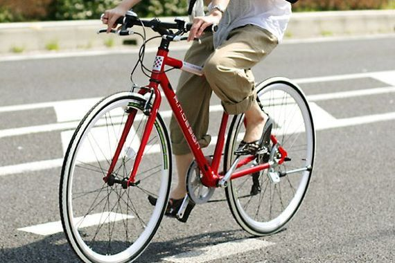 自転車のドミノ倒しをした女が逃走したので