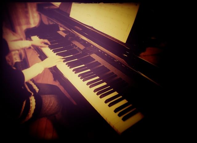 妻と娘二人が、並んで親父の形見のグランドピアノを弾いてた