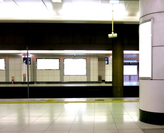電車で女の子が 「すみません降ります」ドア側を背に陣取ってる男が知らん顔で、女の子は降りられない