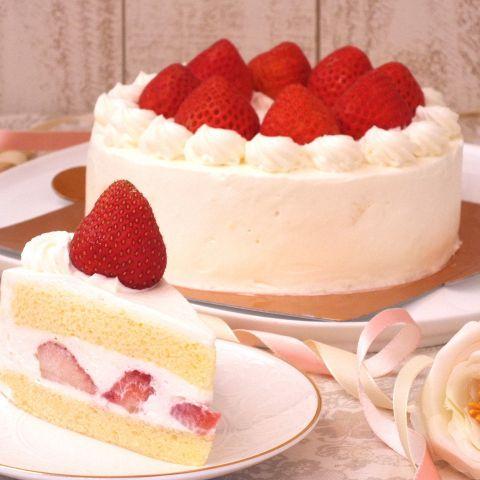 ホールケーキが食卓に出た。姉だけ切り取られたのではなく別のショートケーキが用意されていた