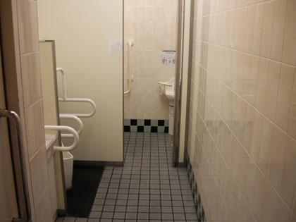 スーパー閉店少し前にトイレに入ったら足がつって動けなくなった。あっちこっちのシャッターが 閉まってる音が聞こえて