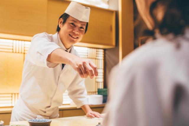 私はお寿司が好きで給料日にいきつけのお店に行くのが楽しみ。後輩男性社員 「女が一人で寿司屋に入るとか、生意気ですね」