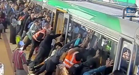 電車とホームの間に体が落ちた。サラリーマン達 「せーのっ!!」