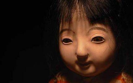 盗まれた人形がある日、玄関の外に立っていた