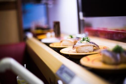 くら寿司のカウンターで1人寿司してたら隣にお婆ちゃんが1人でやってきて